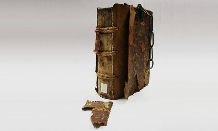 Restaurierungsbedürftige Inkunabel aus dem 15. Jahrhundert